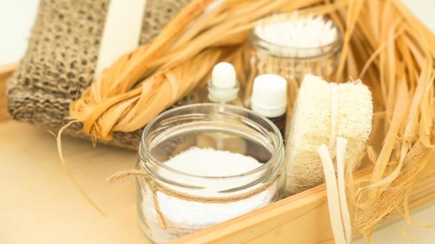 Acessórios ecológicos para cuidados com o corpo e spa - bast, bucha, cotonetes de madeira