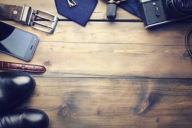 Acessórios elegantes de homem na mesa de madeira