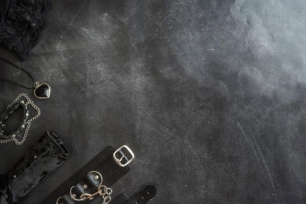 Acessórios eróticos e góticos em fundo preto