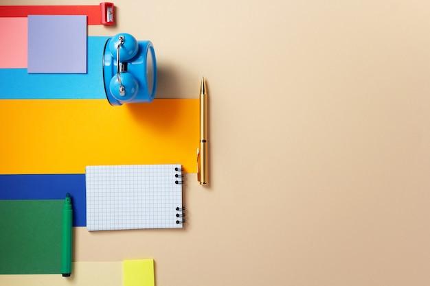Acessórios escolares e material de escritório na superfície de fundo de papel abstrato
