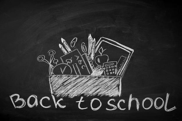 Acessórios escolares riscados no quadro-negro