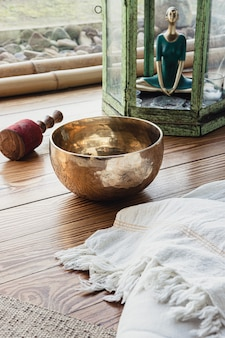 Acessórios essenciais para a prática de yoga e meditação. copie o espaço