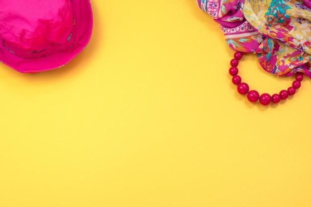 Acessórios femininos flat leigos sobre fundo amarelo vista superior cópia espaço