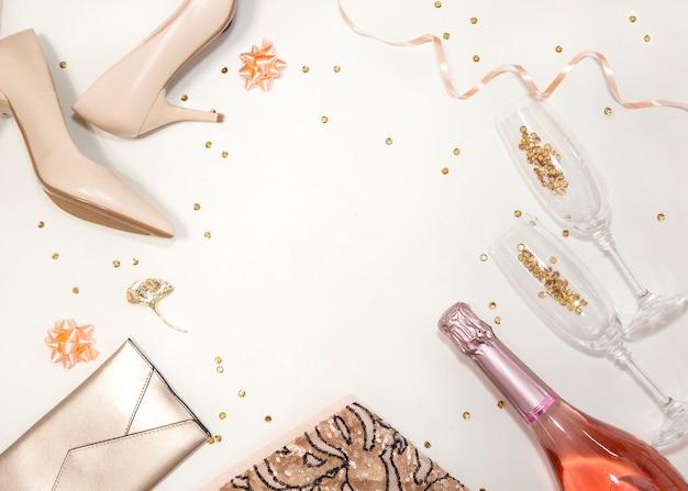 Acessórios femininos para festa: sapatos, óculos, roupas, presentes em fundo branco.