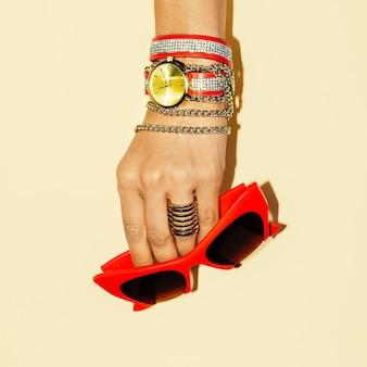 Acessórios femininos. pulseiras elegantes e óculos de sol. tendência de verão