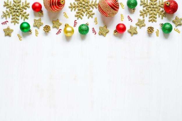 Acessórios festivos de natal em fundo branco de madeira fotos aéreas do quadro