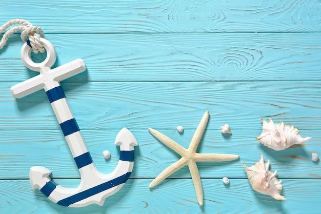 Acessórios marinhos em uma placa azul