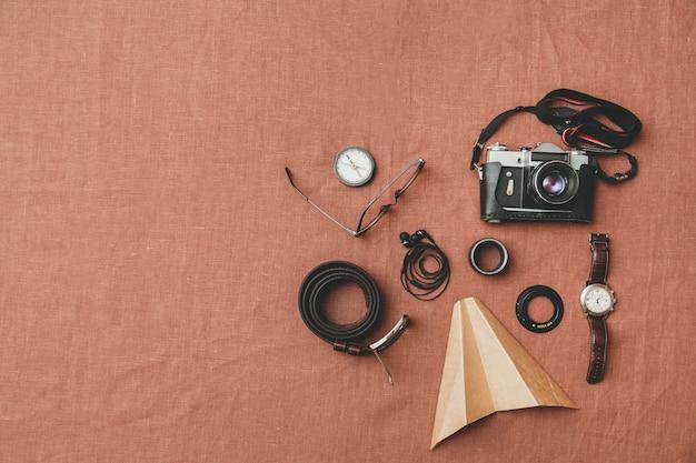 Acessórios masculinos, cinto, óculos, carteira, relógio, fones de ouvido, câmera