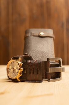 Acessórios masculinos com carteira, cinto e relógio de couro marrom