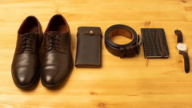 Acessórios masculinos com carteira de couro marrom