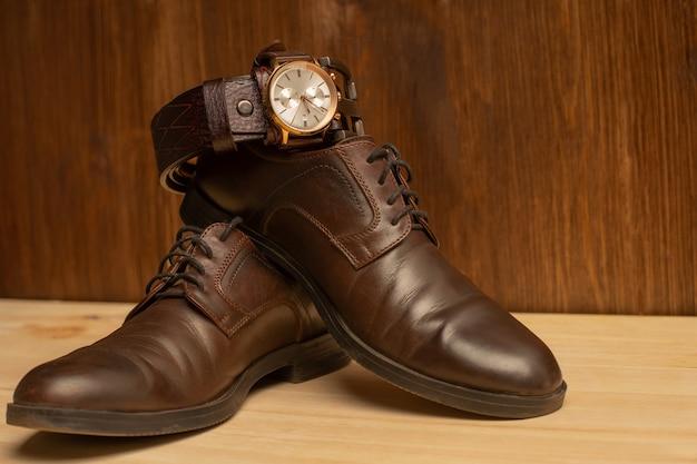 Acessórios masculinos com cinto de couro marrom, sapatos e relógio