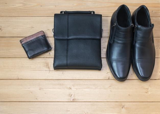 Acessórios masculinos elegantes no chão de madeira.
