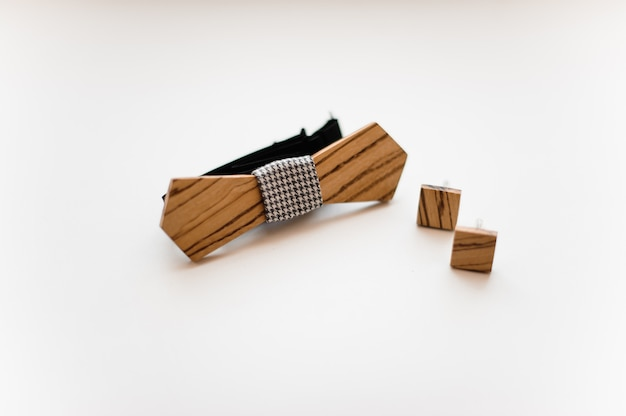 Acessórios masculinos. gravata borboleta e abotoaduras de madeira elegantes e modernas