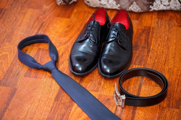 Acessórios masculinos - sapatos, cinto, gravata e botões de punho