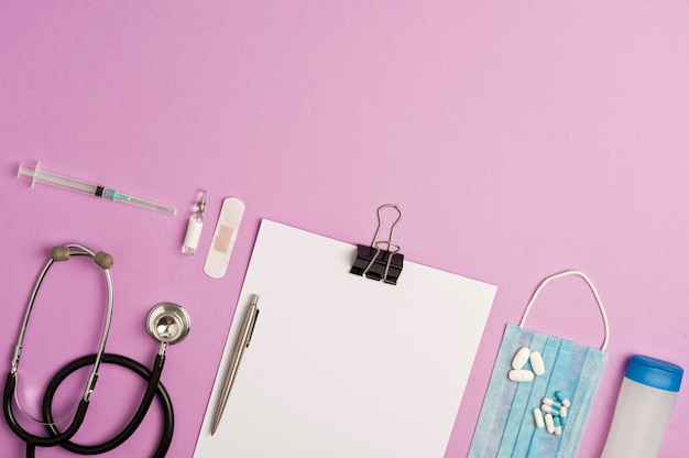 Acessórios medicina, prevenção e vacinação coronavírus, fundo lilás