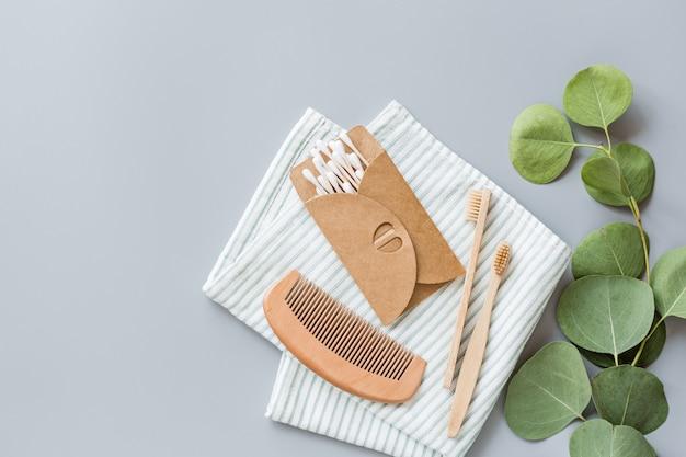 Acessórios naturais do banheiro: pente de madeira, escovas de dente de bambu, brincos