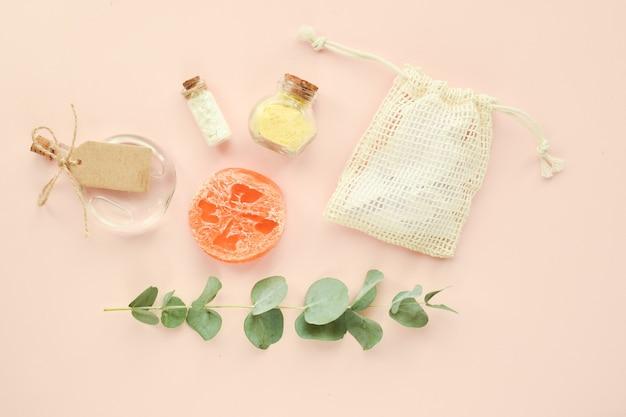Acessórios naturais orgânicos para tratamentos de spa em fundo bege zero desperdício cuidado corporal eco cos