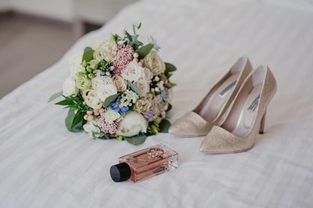 Acessórios para a noiva: anéis, sapatos, buquê de casamento e perfume