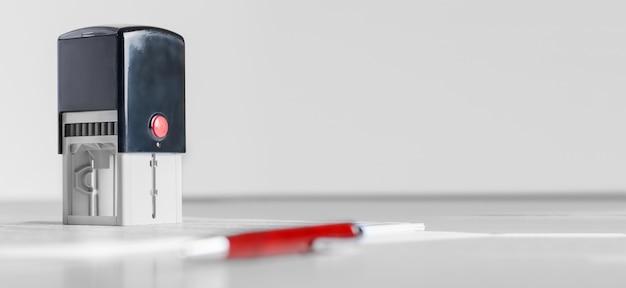 Acessórios para advogados ou notários. carimbo e caneta-tinteiro em cima da mesa