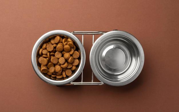 Acessórios para animais de estimação natureza morta com conjunto de tigelas para comida seca e água