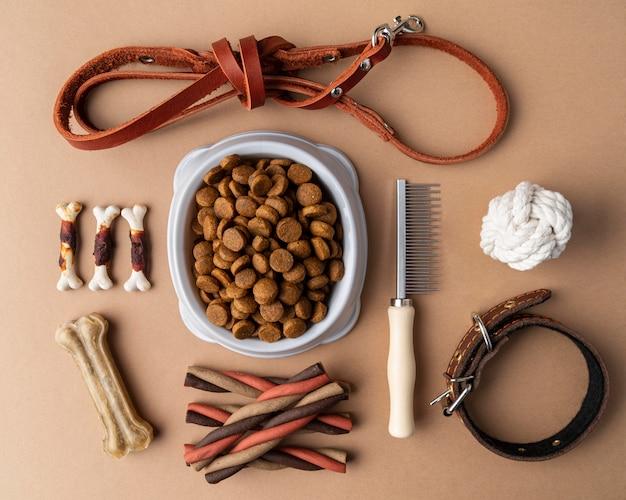 Acessórios para animais de estimação natureza morta com tigela de comida e guloseimas