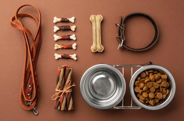 Acessórios para animais de estimação natureza morta com tigela de comida e várias guloseimas