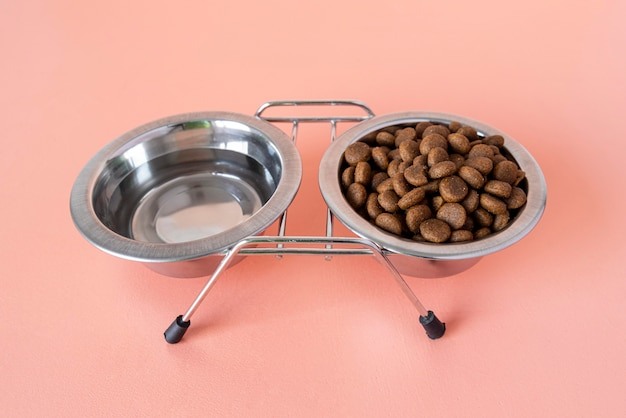Acessórios para animais de estimação natureza morta com tigela definida para água e comida