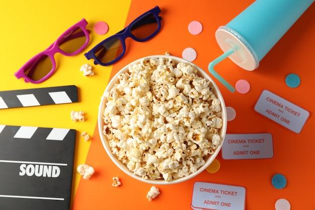Acessórios para assistir filmes em fundo de dois tons