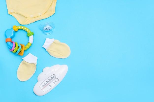 Acessórios para bebês adoráveis. copie o espaço vista superior lay plana.