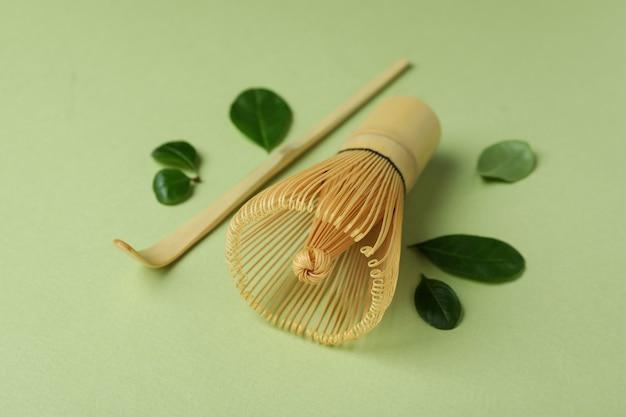 Acessórios para chá japonês em fundo verde, close-up