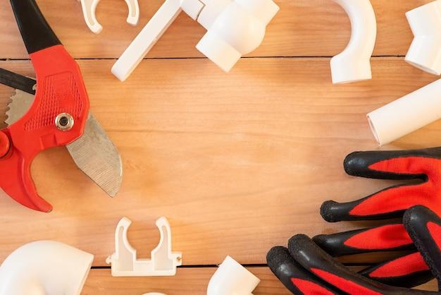 Acessórios para consertar canos de água sobre uma mesa de madeira