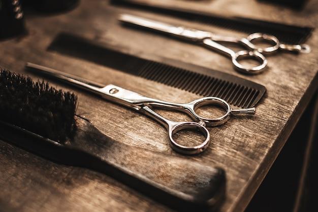 Acessórios para cortes de cabelo estão na prateleira de um salão de beleza