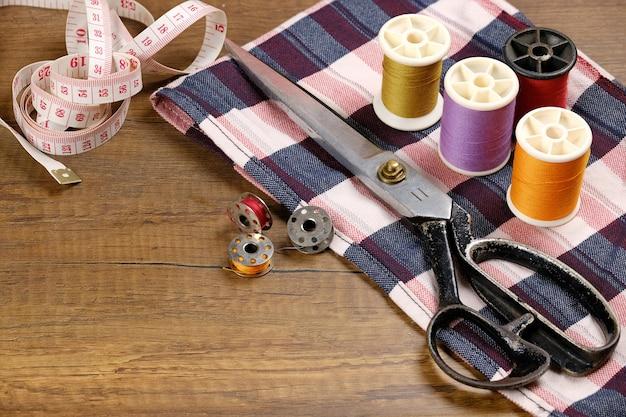 Acessórios para costureira. tesoura, fio e fita métrica.