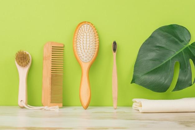 Acessórios para cuidados com a pele facial em um fundo verde. higiene.