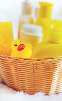 Acessórios para dar banho ao bebê. foco seletivo. natureza.