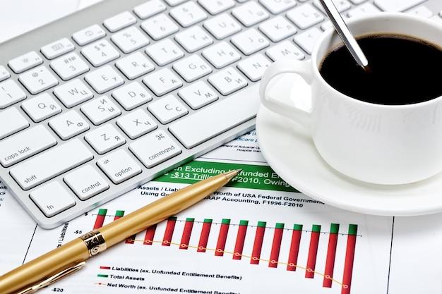 Acessórios para fazer negócios no escritório em cima da mesa