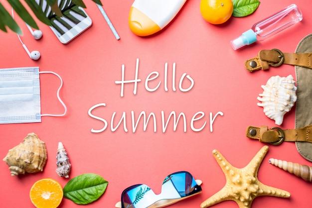 Acessórios para férias na praia em torno de um texto olá verão no fundo rosa
