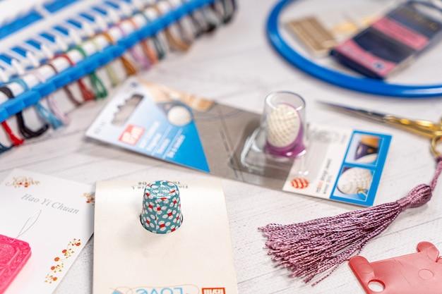 Acessórios para hobbies. agulhas, fios, colchetes, marcador, bastão para tricô e bordado