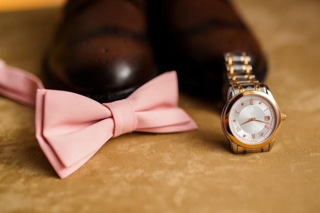 Acessórios para homens, sapatos, relógios e gravata.