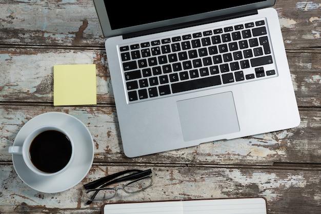 Acessórios para laptop e escritório com xícara de café