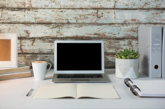 Acessórios para laptop, xícara de café e escritório