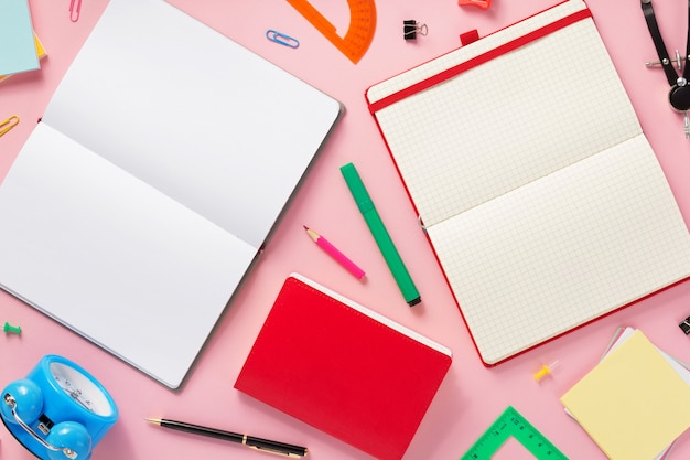Acessórios para notebook e escola na superfície de fundo abstrato