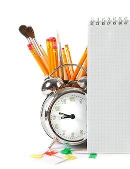 Acessórios para notebooks e escolares. em uma mesa branca.