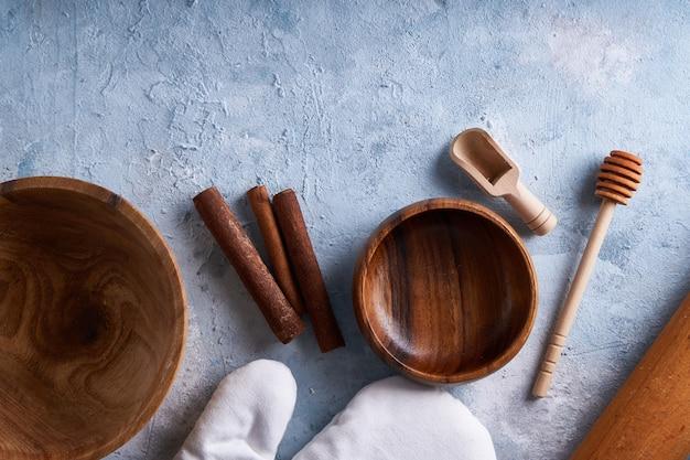 Acessórios para panificação. utensílios de cozinha na mesa da cozinha.