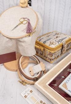 Acessórios para passatempo. arco, tesouras, fios, agulhas e tesouras. ferramentas vintage para bordados e tricô
