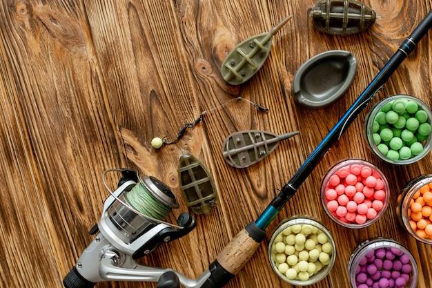 Acessórios para pesca de carpa e iscas de pesca em pranchas de madeira com espaço para texto
