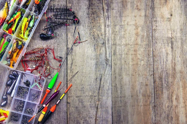 Acessórios para pesca em fundo de madeira. foco seletivo. pescaria.