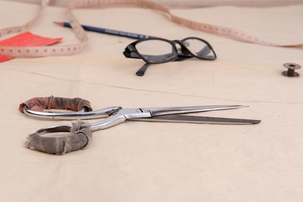 Acessórios para roupas de grife para costura.
