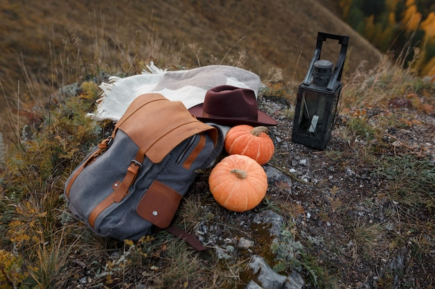 Acessórios para viajantes em um pico de montanha