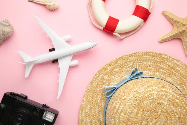 Acessórios para viajantes na superfície rosa